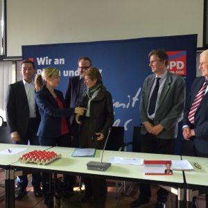NRW-Europaministerin Schwall-Düren (vierte v.links) und Tine Hördum (zweite v. links) zu Gast in Alfter